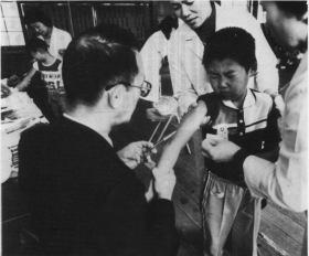 予防接種する学校医